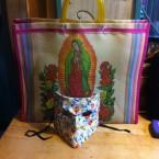 máscara bauta y bolsa de la virgen de guadalupe
